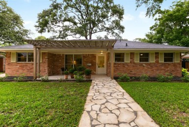 2110 Court Seamist Houston Texas 77008 for only  $580000.00 with 2.10 baths / 4 bedrooms - Single-Family