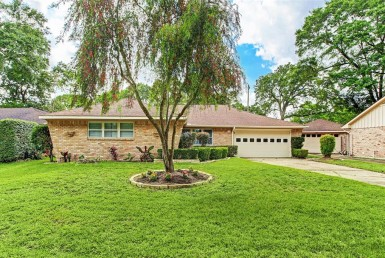 1323 Road Foxwood Houston Texas 77008 for only  $530000.00 with 2.00 baths / 3 bedrooms - Single-Family