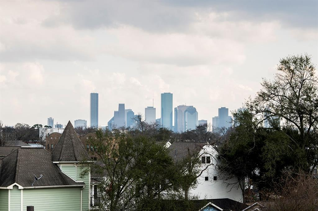 910 Street 18th Houston Texas 77008 for only  $459500 with 3.1 baths / 3 bedrooms - Single-Family