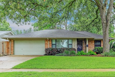 1826 Court Nauts Houston Texas 77008 for only  $475000 with 2 baths / 3 bedrooms - Single-Family