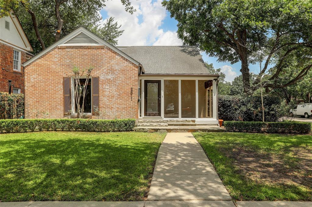 2811 Street Westgate Houston Texas 77098 for only  $719900 with 1 baths / 2 bedrooms - Single-Family