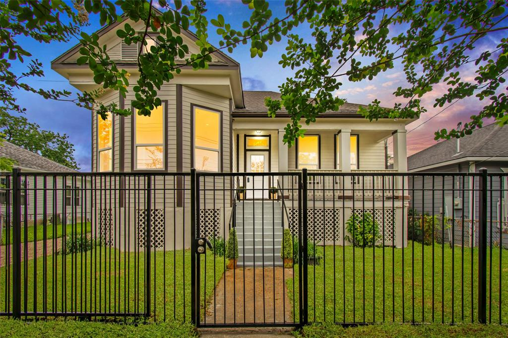 2110 Street Freeman Houston Texas 77009 for only  $415000.00 with 2.00 baths / 3 bedrooms - Single-Family
