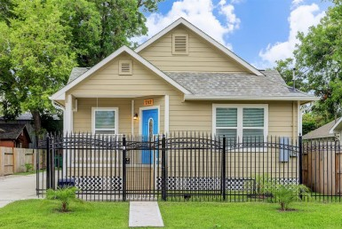 7112  Avenue L Houston Texas 77011 for only  $1800.00 with 2.00 baths / 3 bedrooms - Rental