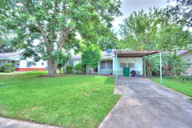 906 Street 15th 1/2 Houston Texas 77008 for only  $370000 with 1 baths / 2 bedrooms - Single-Family
