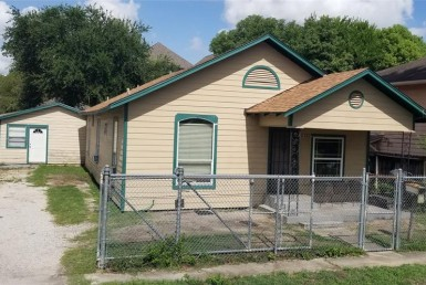 2123 Street Carter Houston Texas 77008 for only  $399000 with 2 baths / 4 bedrooms - Single-Family