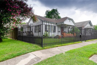 1037 Street 16th Houston Texas 77009 for only  $700000 with 2 baths / 3 bedrooms - Single-Family