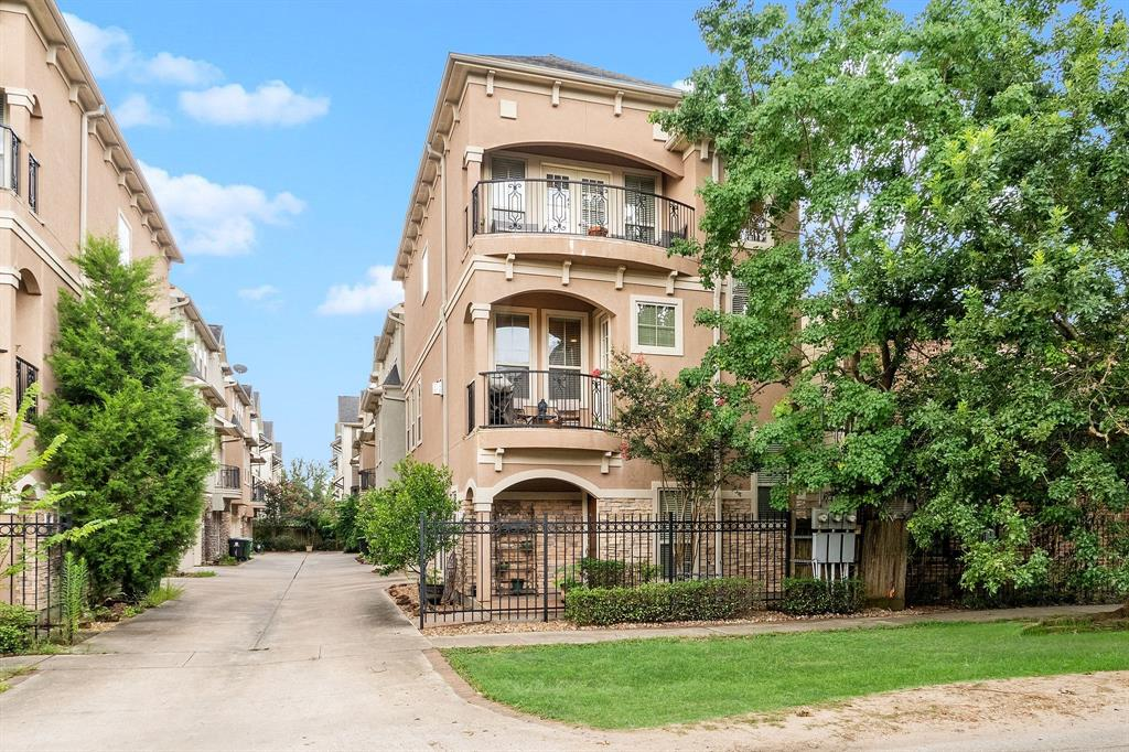 912 Street 25th Houston Texas 77008 for only  $360000 with 3.1 baths / 3 bedrooms - Single-Family
