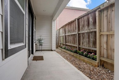 945 Street 24th Houston Texas 77008 for only  $420000 with 3.1 baths / 3 bedrooms - Single-Family