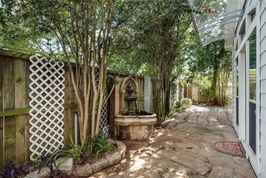 1228 Drive Seamist Houston Texas 77008 for only  $395000 with 2.1 baths / 3 bedrooms - Single-Family