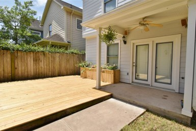 921 Street 25th Houston Texas 77008 for only  $389000 with 2.1 baths / 3 bedrooms - Single-Family